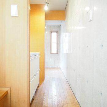 階段を上がると、寝室へとつながる廊下があります。