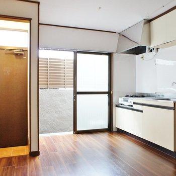 キッチン横にバルコニーの扉