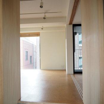 玄関からの眺め。※写真は6階同じ間取り別部屋のものです