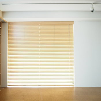 キッチン横の窓は、ブラインド付き。※写真は6階同じ間取り別部屋のものです