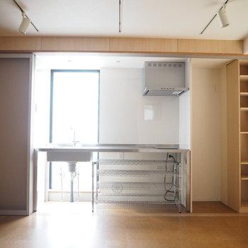 キッチンを見て。この眺め。※写真は6階同じ間取り別部屋のものです