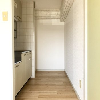 キッチンスペースはちょっと幅は狭めですが冷蔵庫なども置けそうですね。
