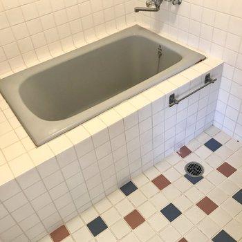 なんだかちょっとジブリ風の形。トイレとは仕切りで分かれています。