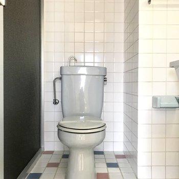 洗面台のすぐお隣にトイレはあります。床のタイルが可愛いな。