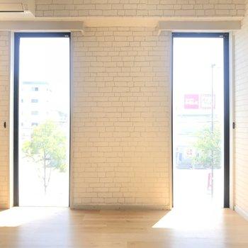 窓がたっぷりある明るいお部屋です。テレビは窓側に固定みたい。