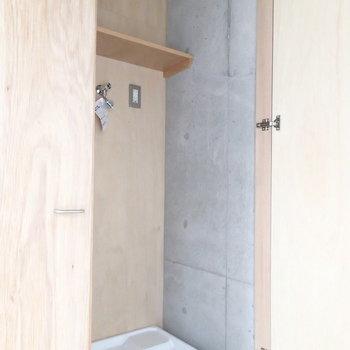 片側は洗濯機置き場、もう片側は棚付きの収納です。