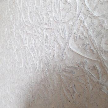 お部屋の壁は日本の土壁っぽい雰囲気。