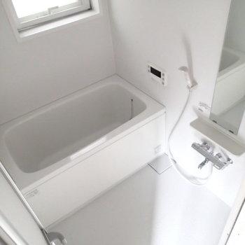 浴槽は窓付きで自然光もはいってきますよ。