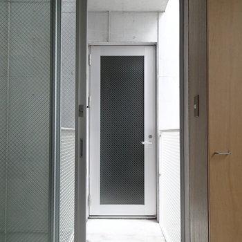 玄関はこちら。おくの扉から専用スペースです。