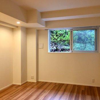 白い壁、窓の緑、床の色味がいい感じ。