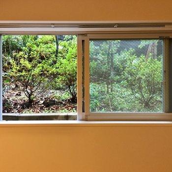 この小窓から見える景色、絵を飾っているみたい。