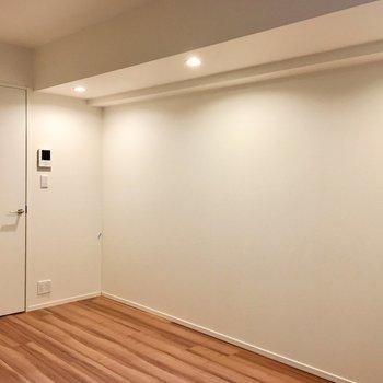 白いドア、サイドにあるダウンライトが素敵。