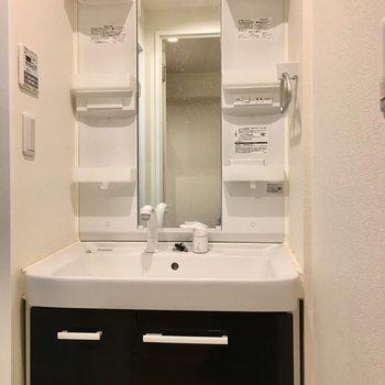 キッチンと同じ色味の独立洗面台は収納たっぷり。