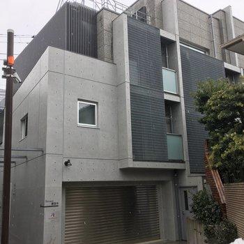 小さな路地の突き当たりにある築浅マンションです。