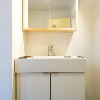 洗面台は木枠で可愛らしい※写真は前回募集時のものです