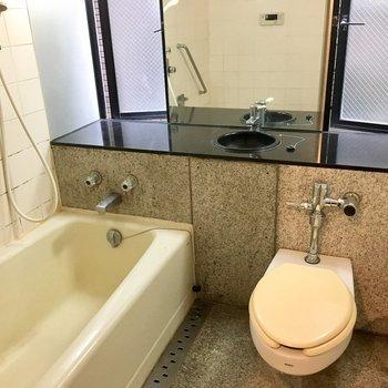 バストイレ同室ですが窓もあって、床も石でホテルみたい。