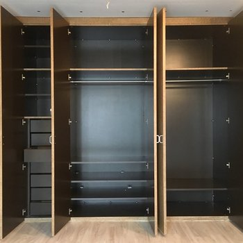 大容量クローゼット!引き出しや棚も豊富できれいにお洋服を保管できます。