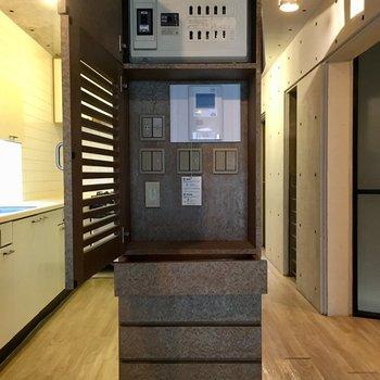 デザインに配慮して各種スイッチが扉で隠されています。