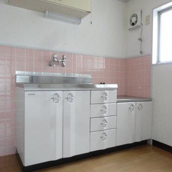 ピンクのタイルにレトロなキッチンがかわいいの。