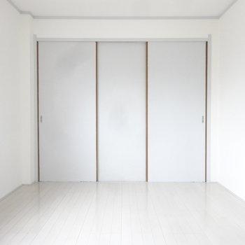 洋室には収納もしっかりついています。