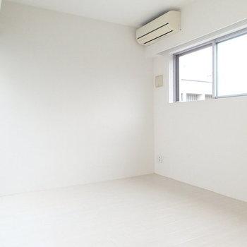 外観も白けりゃ、内装も白い。※写真は2階の反転間取り別部屋