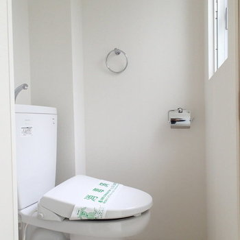 トイレはこちら。吹き抜けに面した窓付き。※写真は2階の反転間取り別部屋
