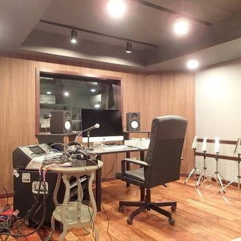 こちらは①のレコーディングルーム。設備もしっかり!