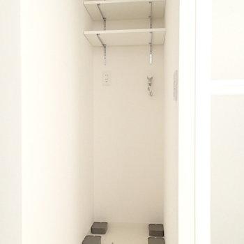 奥行きのある洗濯機置場。突っ張り棒とカーテンで隠しても良いかもしれませんね。