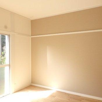 こちらは寝室、アクセントクロスがポイントに※写真は反転別部屋です