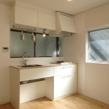 TOMOSオリジナルキッチンは2口コンロ。※写真は反転別部屋です