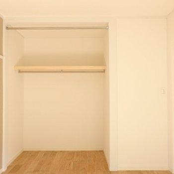 収納はオープンタイプに。天井近くのパイプにカーテンの設置ができます※写真は反転別部屋です