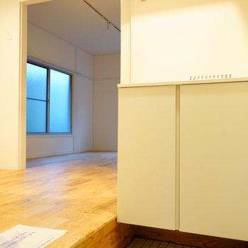 白タイルが可愛らしい玄関に※写真は反転別部屋です