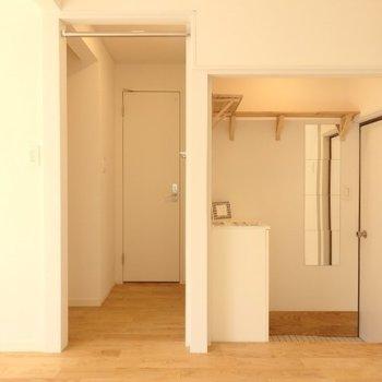 玄関には下駄箱と上にもちょっとした収納もできるように※写真は反転別部屋です
