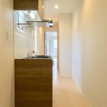 玄関からキッチン方面。冷蔵庫と洗濯機はここですっ
