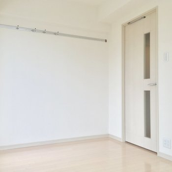 右の白い扉を開けると ※写真は前回募集時のものです
