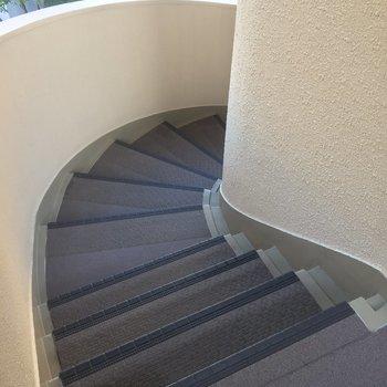 共用部分の階段はぐるりとまわるよ〜