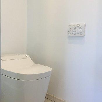 トイレは近代感あるデザイン