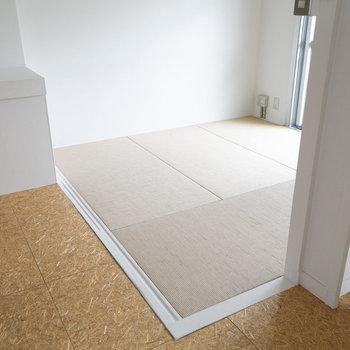 ダイニング横は、麻畳の敷かれたリビングスペースです。こちらを寝室にするのもいいかも。