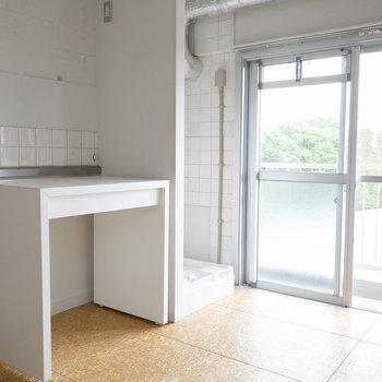 もうひとつの可動テーブル。室内に洗濯機置き場もあります。
