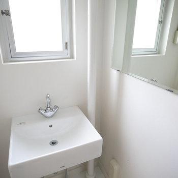 洗面台の隣にはちゃんと鏡ついてますよ