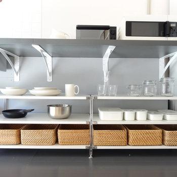 キッチンの下にこんな風にお皿を並べて