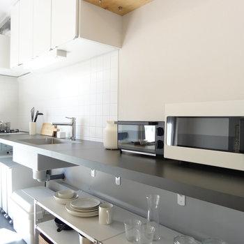 キッチンは広すぎて何でも置けます。たっぷり使って大がかりな料理も作り放題!