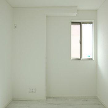 ここも小さな窓が