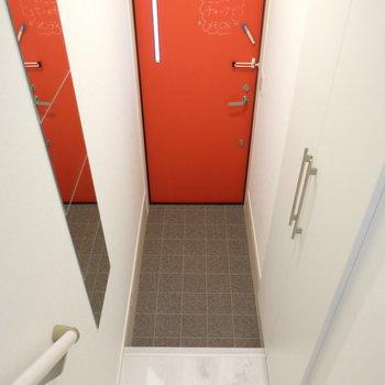 赤い扉で元気の出る玄関!全身鏡付き!