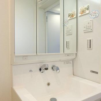 洗面台の横、磁石がくっつく壁なんです!