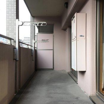 バルコニーはワイドで、洗濯物も干しやすいよね。(※写真と文章は5階の同間取り別部屋、モデルルームのものです)