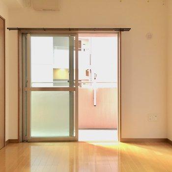 こちらは6.1帖の洋室。南東向きで光はしっかり入ります。(※写真と文章は5階の同間取り別部屋、モデルルームのものです)
