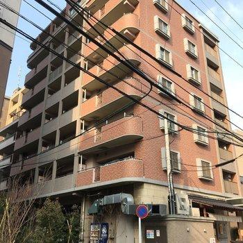 今泉の小道のカドッコ。1階は飲食店が入ったどしっとした大きな建物です。