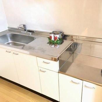 キッチンはコンロ持ち込みです。作業スペースもしっかりあります。(※写真と文章は5階の同間取り別部屋、モデルルームのものです)