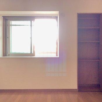 こちらは5.6帖の洋室。窓は出窓になっています。(※写真と文章は5階の同間取り別部屋、モデルルームのものです)